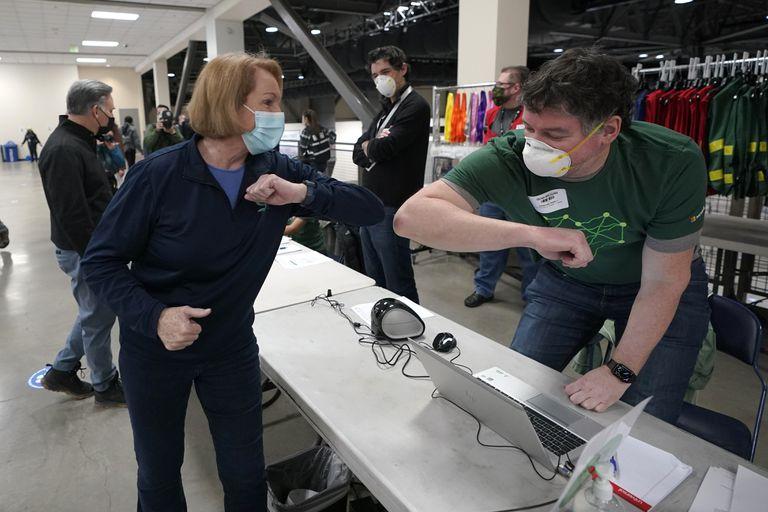 ARCHIVO - En esta fotografía del 13 de marzo de 2021, la alcaldesa de Seattle, Jenny Durkan, saluda a un trabajador en un centro de vacunación, en Seattle, Washington. (AP Foto/Ted S. Warren, Archivo)