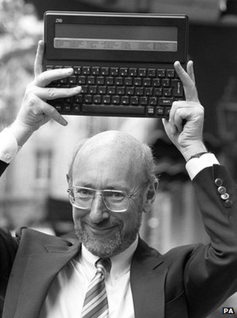 Clive Sinclair con una Z88 durante la presentación de ese modelo