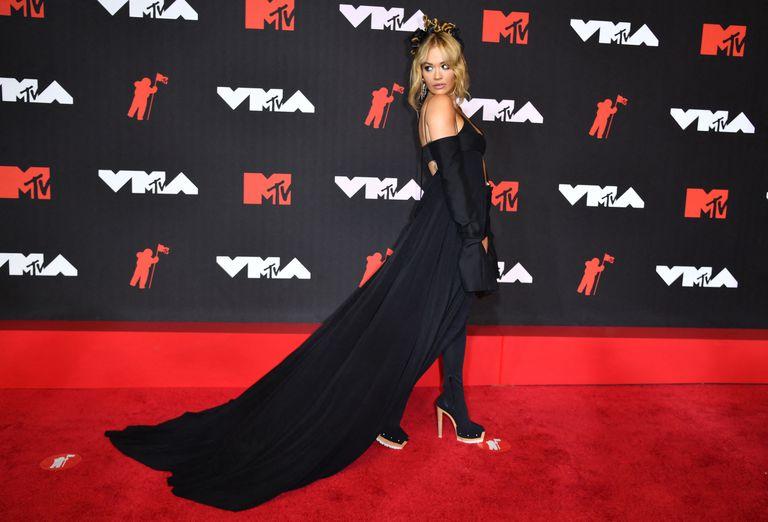 La cantautora inglesa Rita Ora eligió un modelo de Vera Wang: un crop top estilo capa, con guantes, short y botas, todo en negro