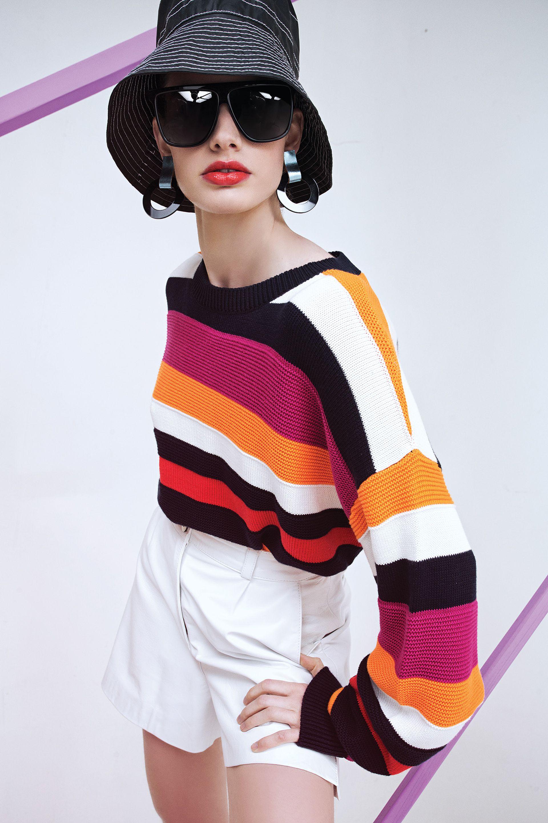 Suéter tejido (Mishka), bermuda de cuero (Safra), aros de cuero y acrílico (Iskin Sisters), anteojos de sol (Vulk), piluso engomado con ala ancha (Perramus)