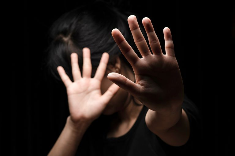 La falta de dinero y la dificultad para acceder a refugios son los principales obstáculos que enfrentan las víctimas de violencia, según un relevamiento del Equipo de Justicia y Género (ELA); la cuarentena agravó la problemática y fue el periodo récord de femicidios.