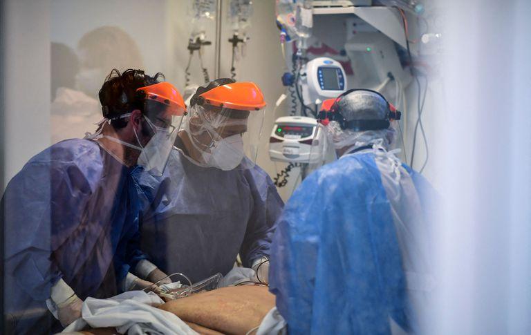Terapistas asisten a un paciente con COVID-19  en la Unidad de Terapia Intensiva de El Cruce, en el Hospital Dr Nestor Kirchner en Florencio Varela, el 13 de abril de 2021