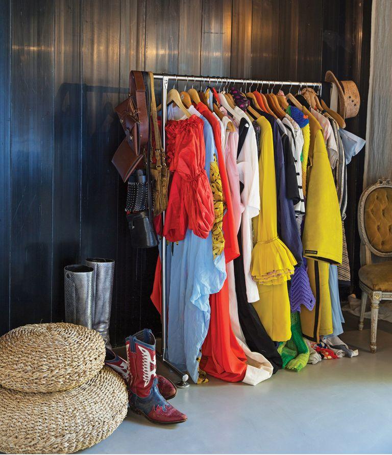 """En su casa """"en construcción"""", aún quedan por hacer los roperos. Mientras, Calu sabe cómo decorar con color, su cuarto."""