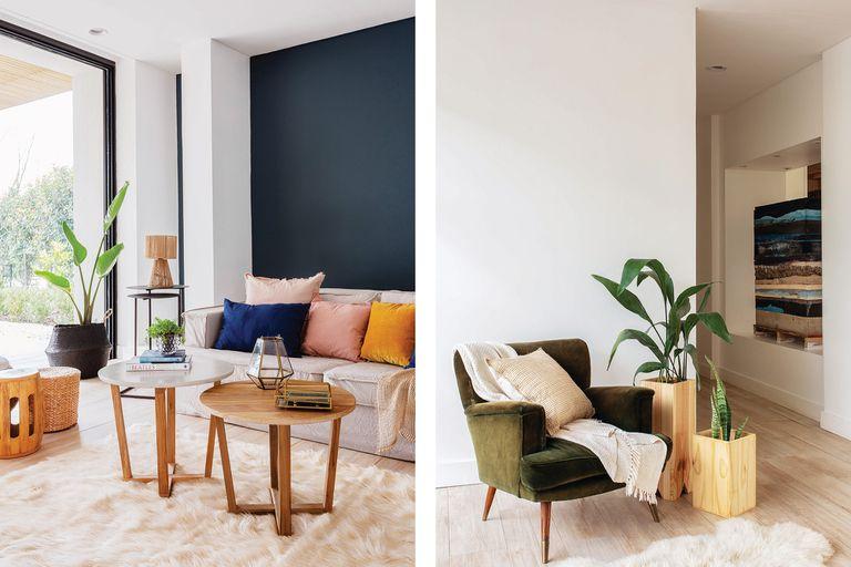 El acceso principal atraviesa el hall ambientado con un sillón retro tapizado en pana verde y un dúo de maceteros en madera (Sol Palou).