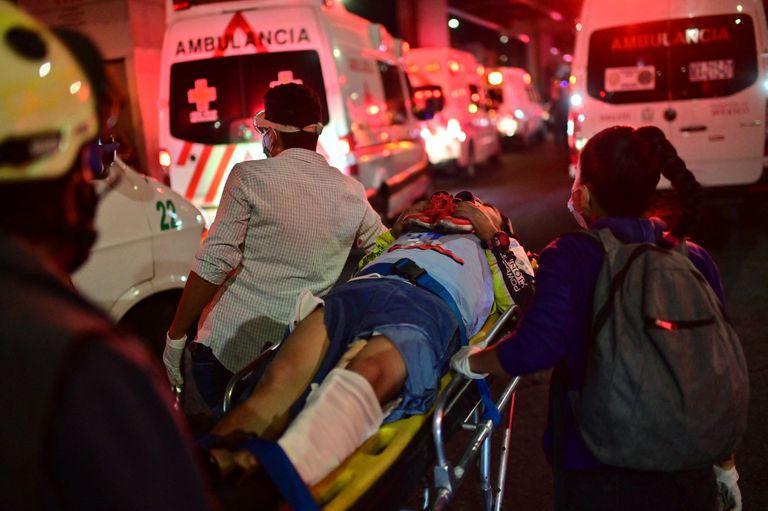 Los rescatistas ayudan a los heridos