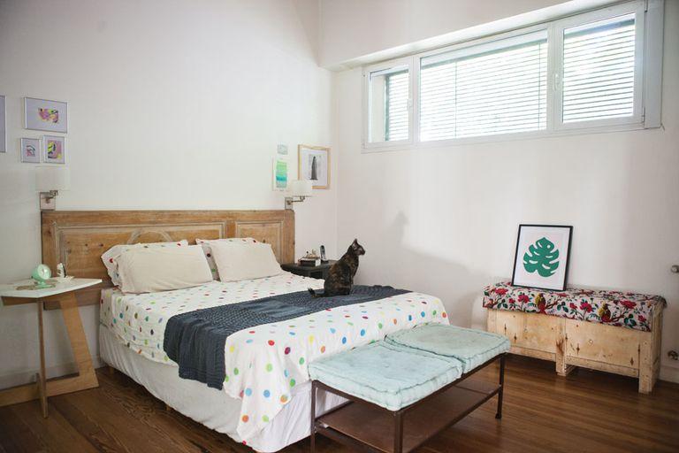 A los pies de la cama, un mueble hecho por su abuelo materno con hierros tipo L. Originalmente, era más largo y estaba en el living de la casa de su mamá.