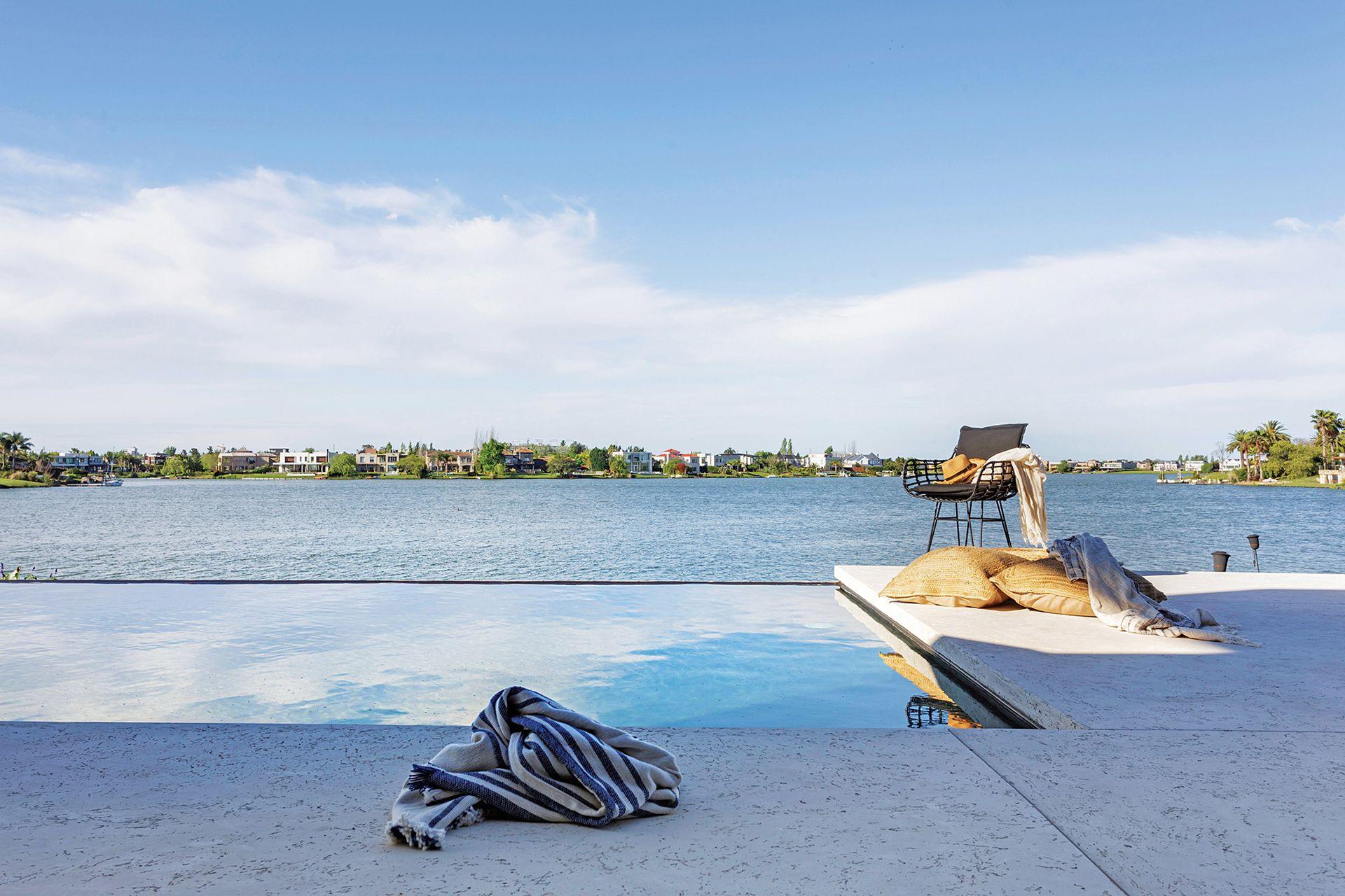 Más efectos placenteros gracias a un diseño impecable: la piscina se confunde con la laguna.