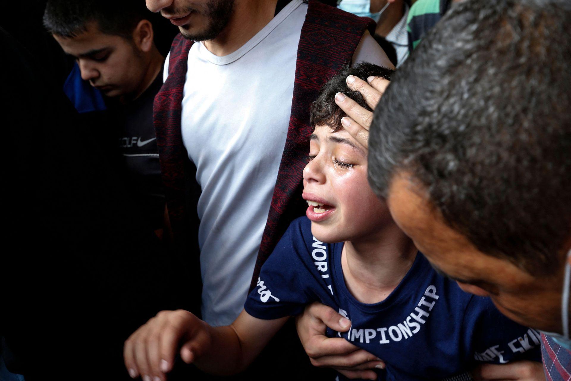 Un niño palestino llora durante un funeral en Jabalia, en el norte de la Franja de Gaza. Israel y Hamas intercambiaron fuertes disparos, con 22 palestinos muertos en Gaza
