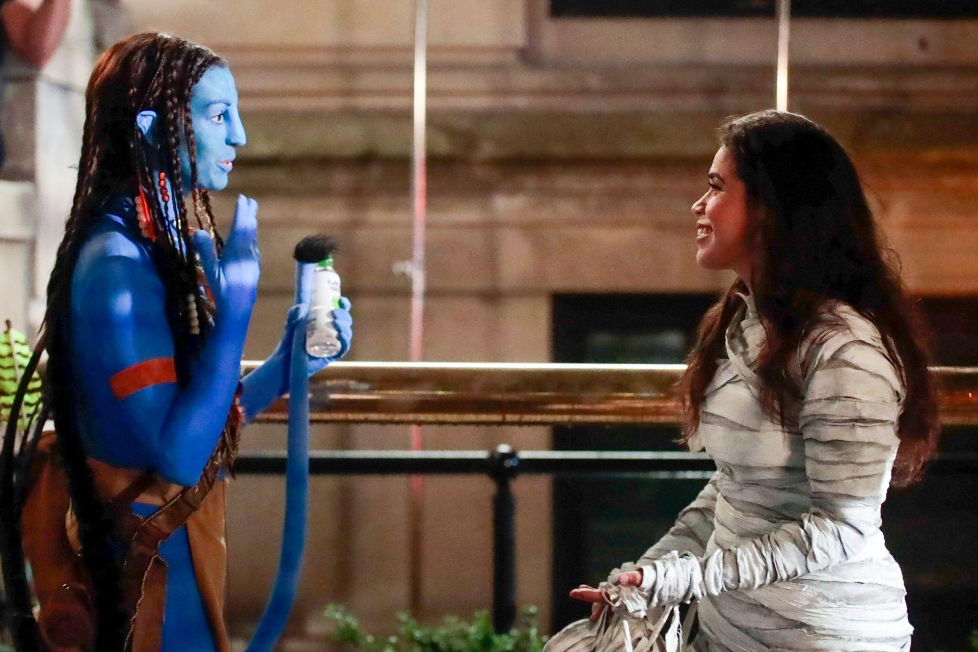 Disfrazadas: America Ferrera y Anne Hathaway en el rodaje del film WeCrashed