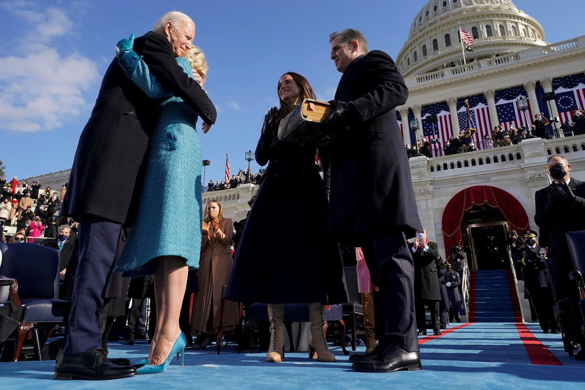 Joe Biden abraza a Jill Biden después de ser juramentado como el 46° presidente de los Estados Unidos