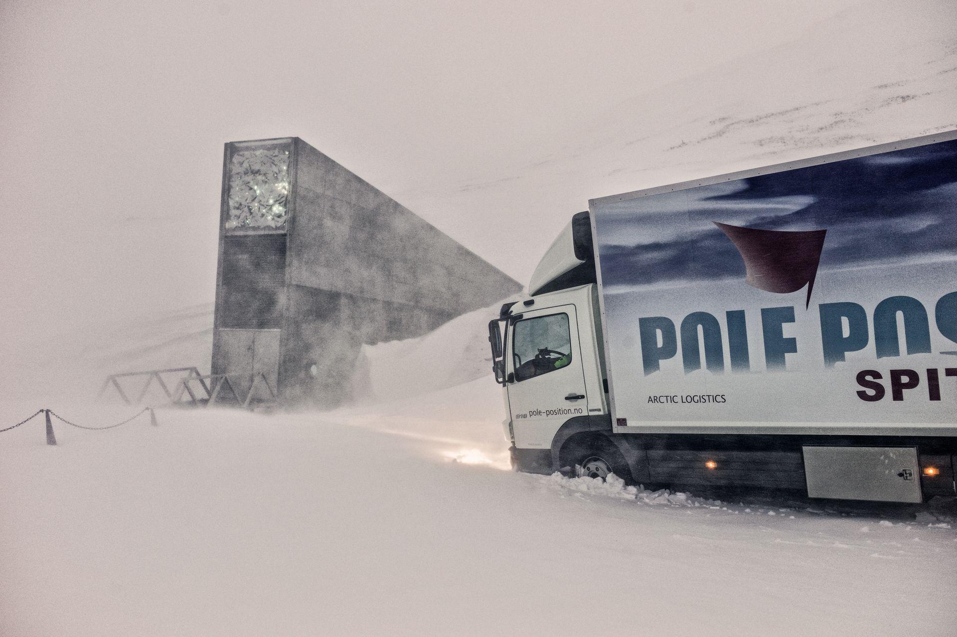 Los camiones hacen esfuerzos para llegar hasta el banco de semillas.