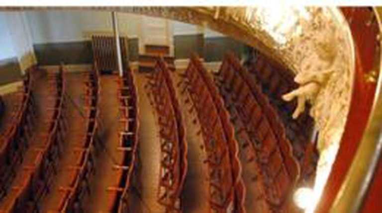 La ópera también está dividida por la frontera entre los dos países.