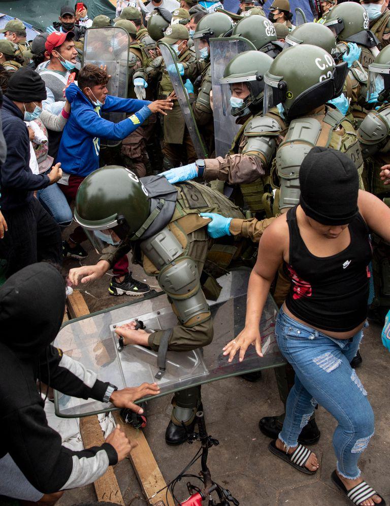 Los carabineros desalojan a migrantes venezolanos