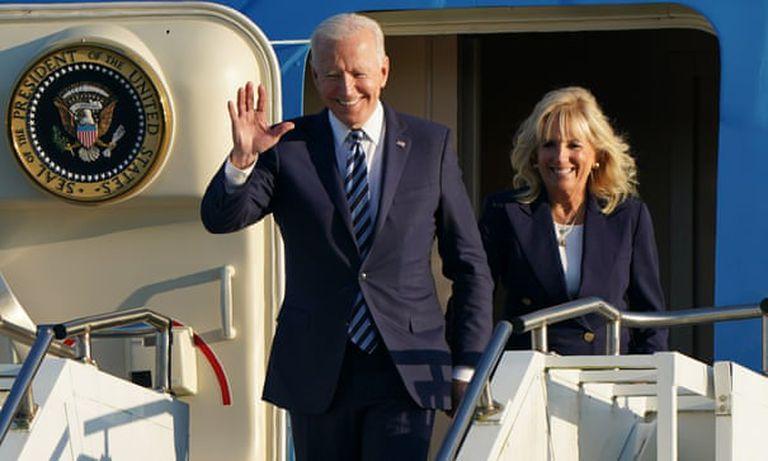 El presidente Joe Biden y Jill Biden llegan en el Air Force One a RAF Mildenhall en Suffolk, antes de la cumbre del G7 en Cornwall. Fotografía: Joe Giddens / PA