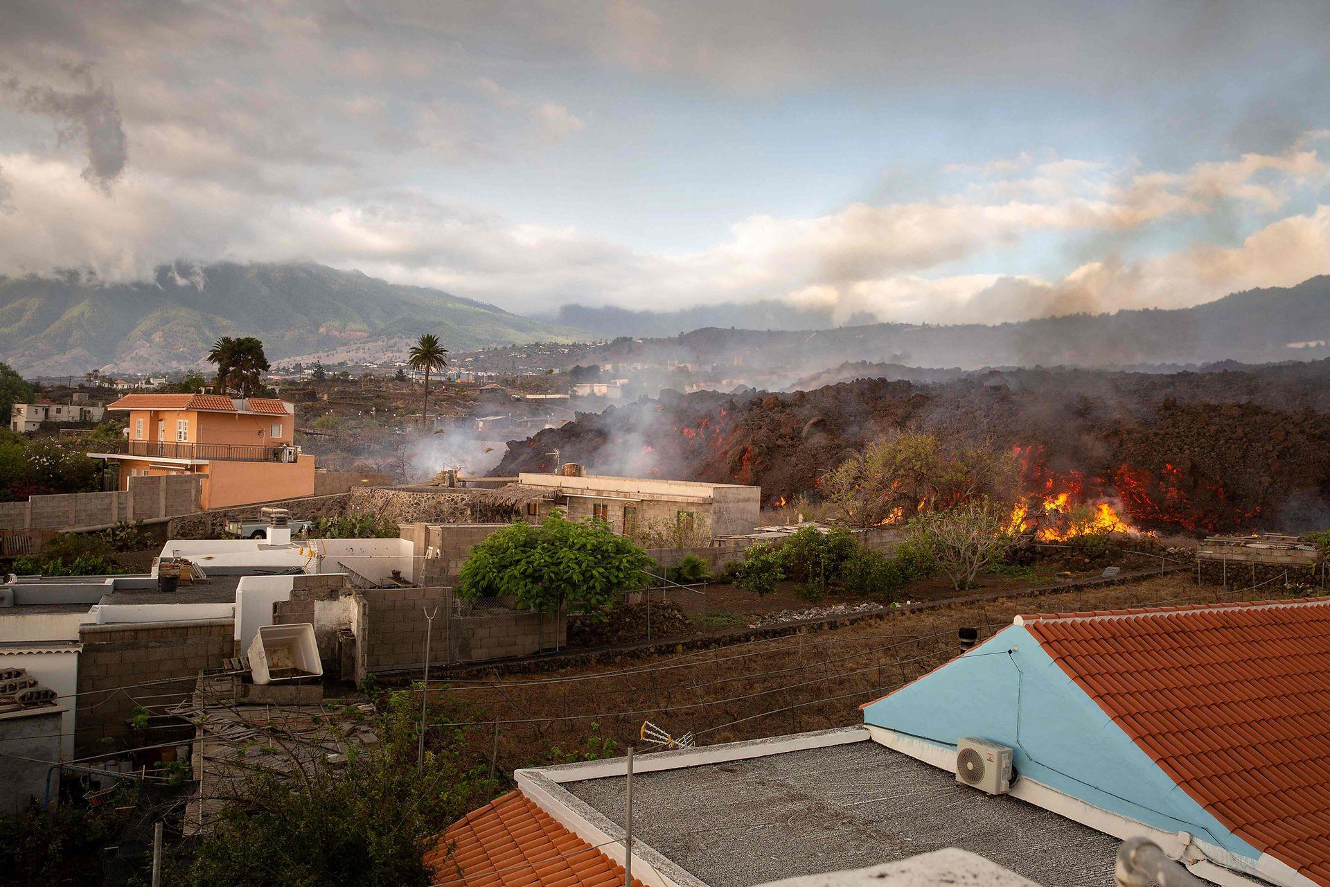 La lava avanza en dirección al mar, los científicos se muestran preocupados por los efectos tóxicos que el choque puede tener al tomar contacto con el agua