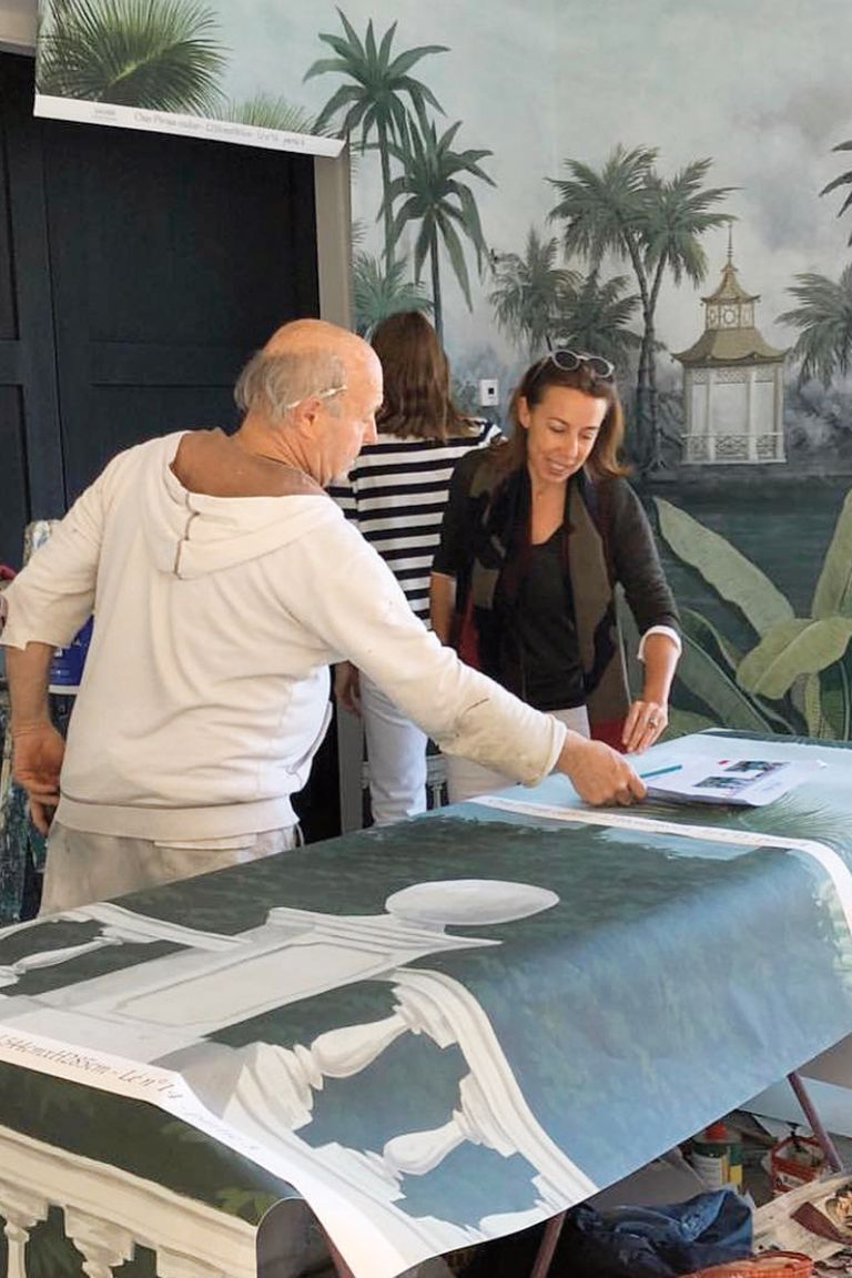 El empapelado, pintado a mano, es de la casa francesa Ananbô. Un paño de tres metros por dos cuesta, al menos, 660 euros