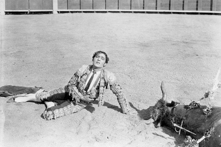 Comprometido con las producciones, Valentino se quejó porque Sangre y arena (1922) no se filmara en España