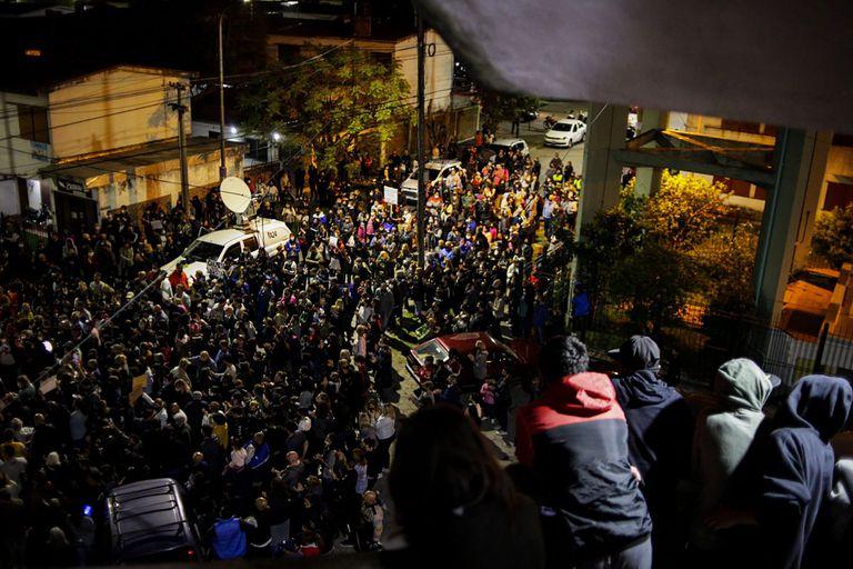 Gran cantidad de vecinos y amigos de Lucas Cancino expresaron su dolor en las calles del barrio Naval