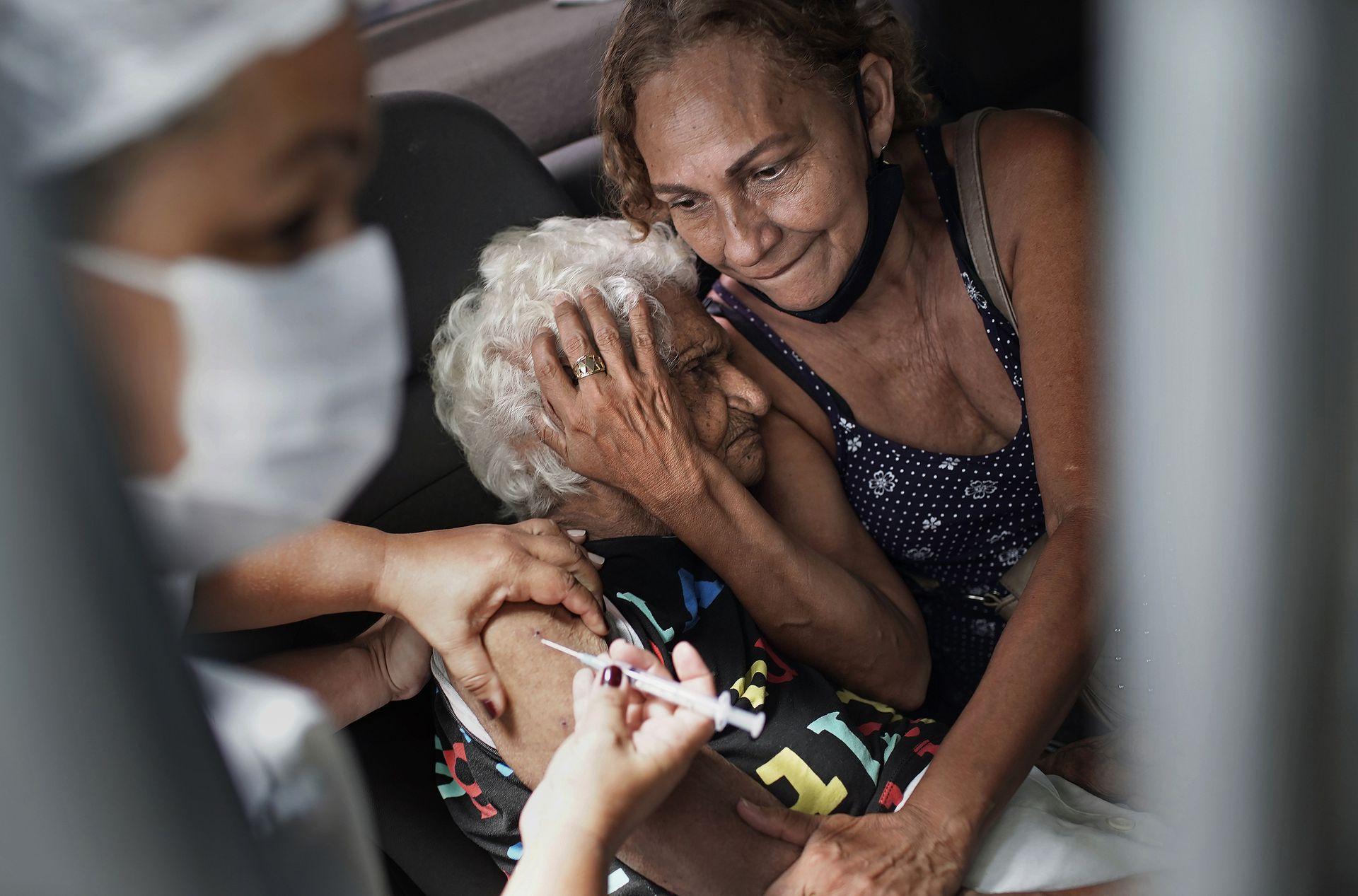 BRASIL: Una mujer recibe una inyección de la vacuna Sinovac CoronaVac de China como parte de un programa prioritario de vacunación COVID-19 para personas mayores en un centro de vacunación de autoservicio en Río de Janeiro, Brasil, el 1 de febrero de 2021.