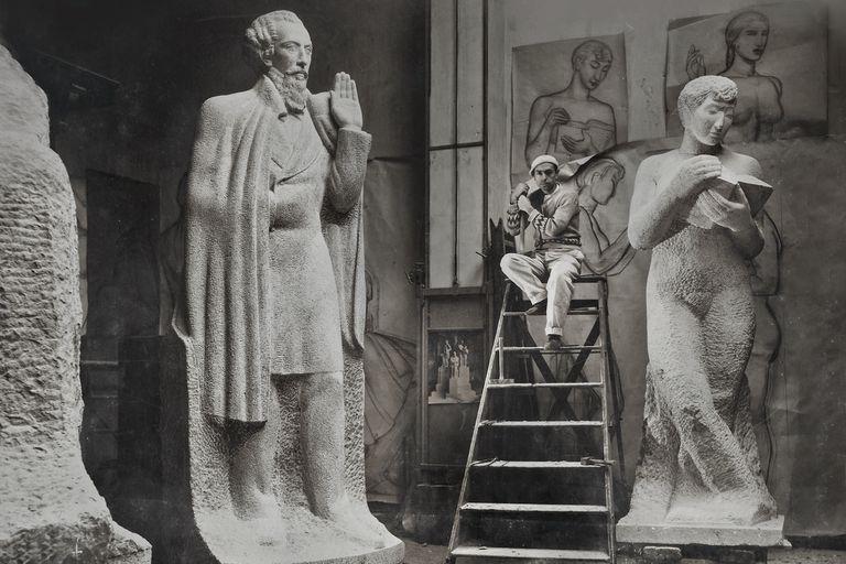 Fioravanti en su estudio de Paris, en 1934, tallando figuras que luego integrarian el Monumento a Avellaneda