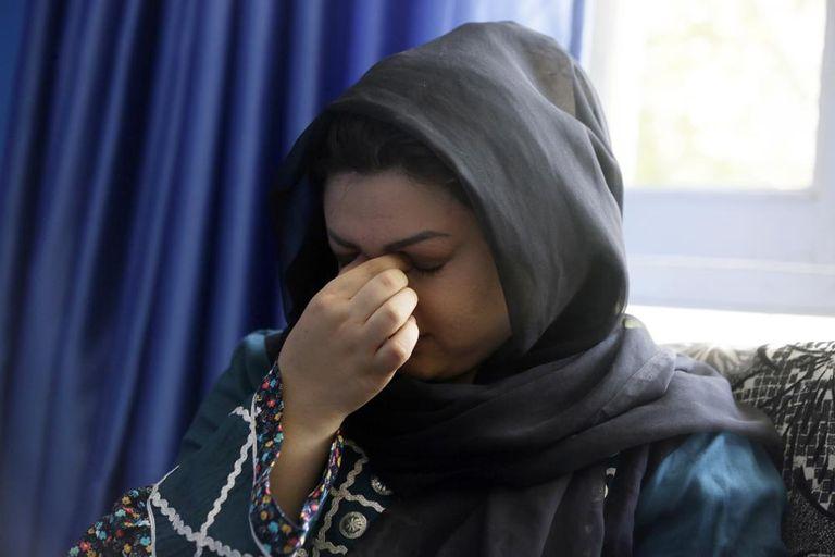 Zarmina Kakar, una activista por los derechos de las mujeres, llora durante una entrevista en Kabul, Afganistán