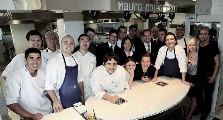 Hay equipo. En la cocina, el chef platense armó un team internacional: venezolanos, japoneses, argentinos. ¿Franceses? Sólo uno: el pastelero