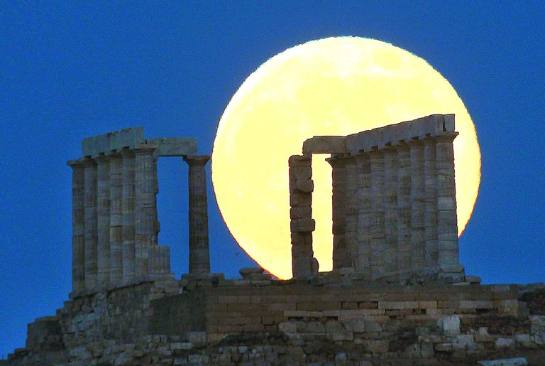 Grecia. Sobre las ruinas del antiguo templo de Poseidón, en Cape Sounion, a 60 km de Atenas