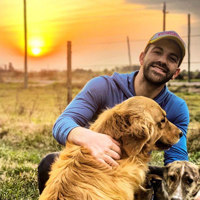 Braulio Assanelli vive en Uruguay junto a sus mascotas; allí abrió dos escuelas de música