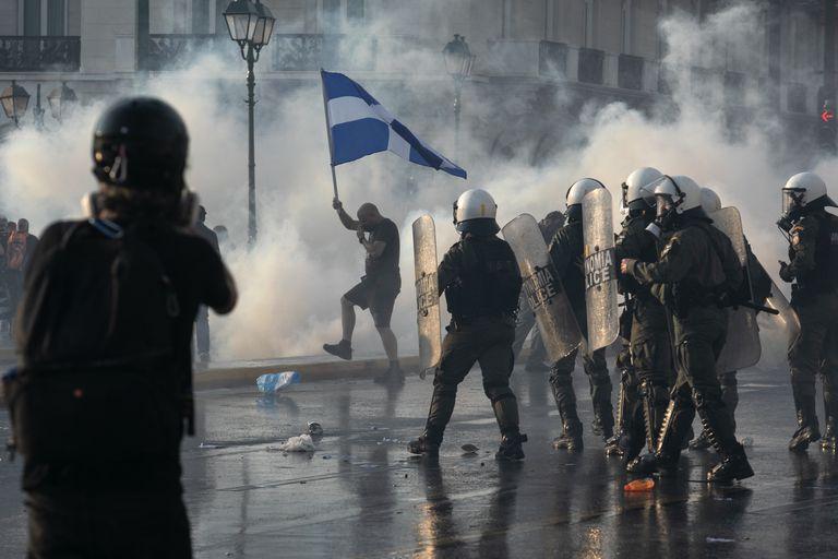 Protestas en el centro de Atenas por las medidas del gobierno griego para la vacunación (AP Photo/Yorgos Karahalis)
