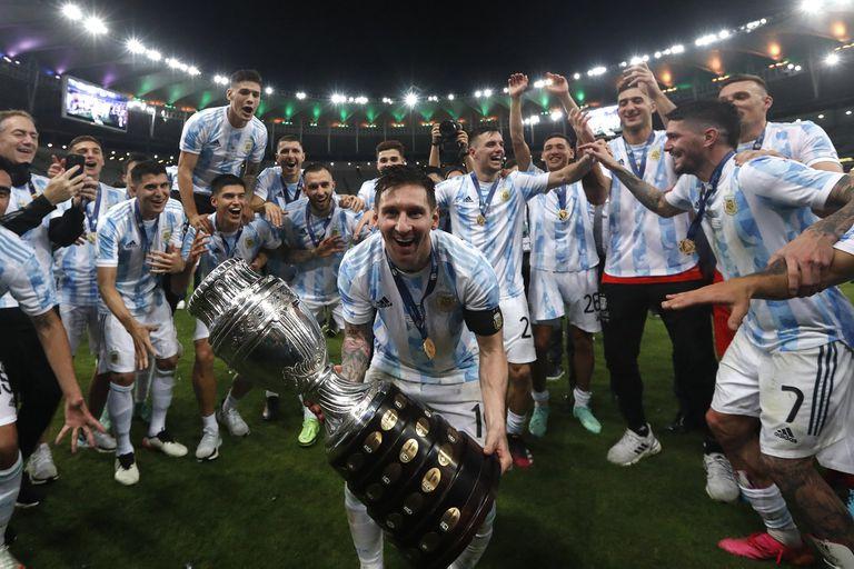 Lionel Messi celebra con el resto del plantel argentino la conquista de la Copa América en Brasil.