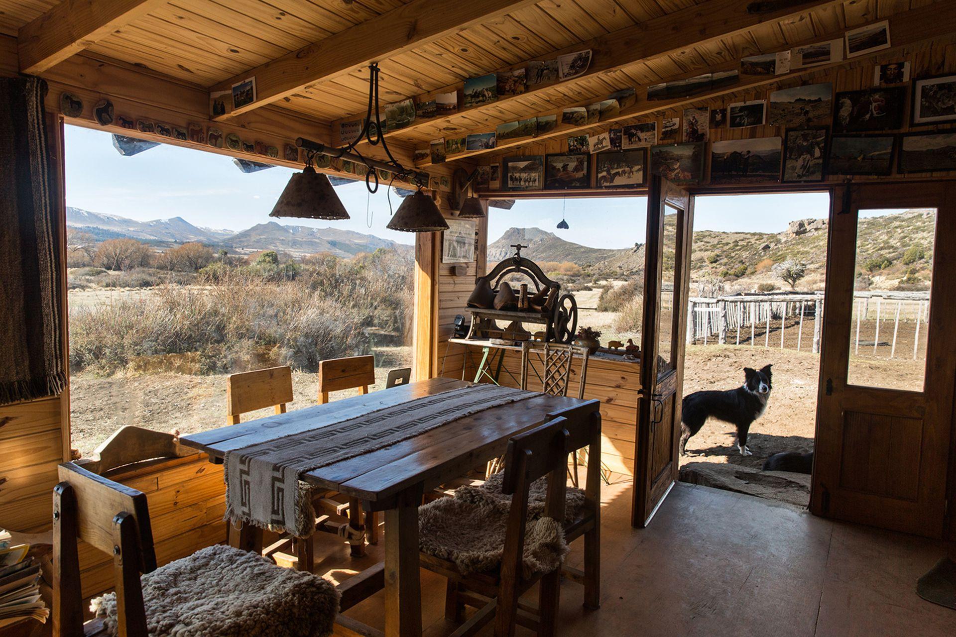 Carol Jones tiene una sala campera donde recibe a los turistas en la estancia Nahuel Huapi.