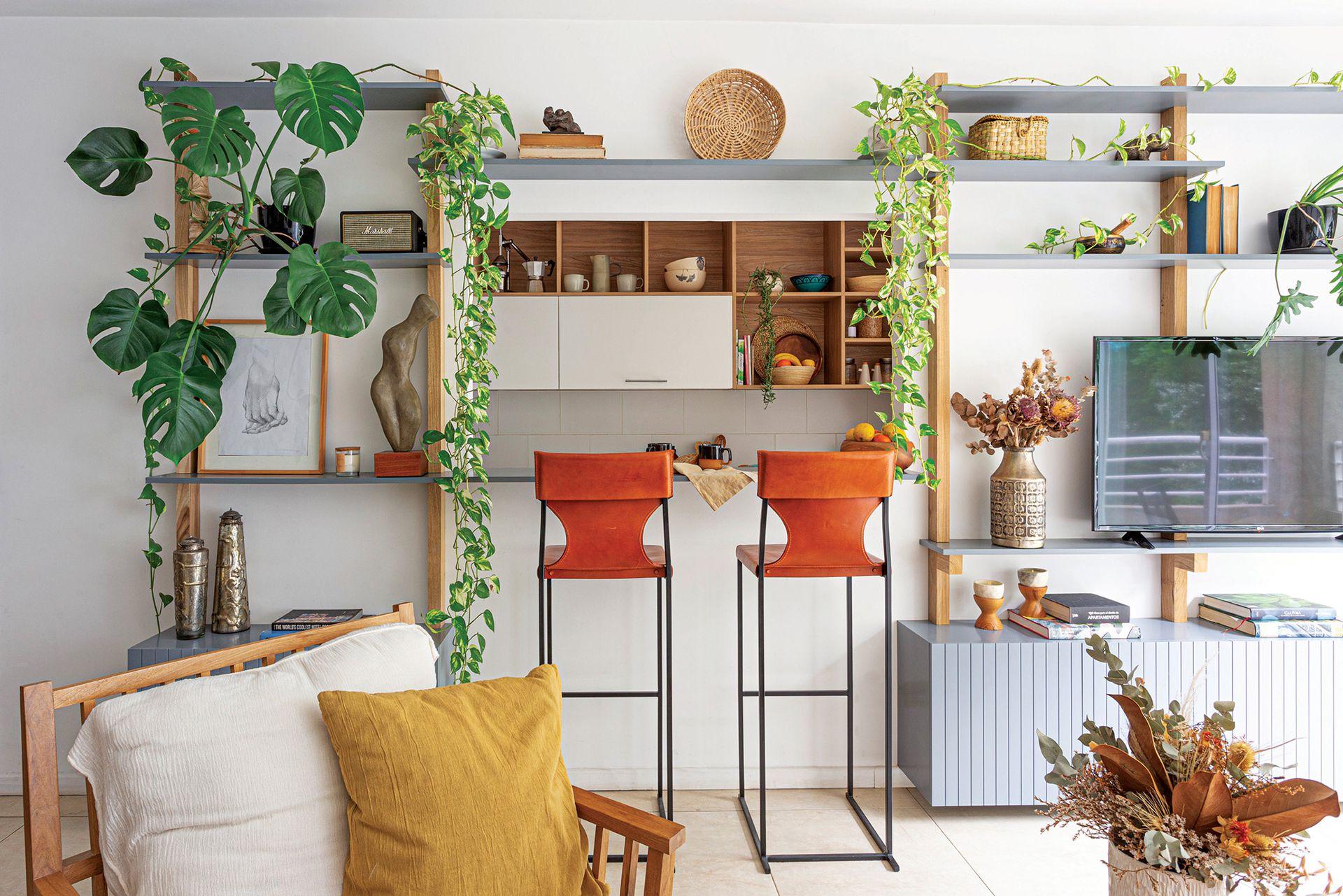 Cuadro (@tachabustillo). Escultura (Ana Colmegna). Velas, posavelas, objetos de fibras naturales y tazas (Lacroze Design Studio). Jarrón (Desde Asia) con flores secas (G&C Ambientaciones).