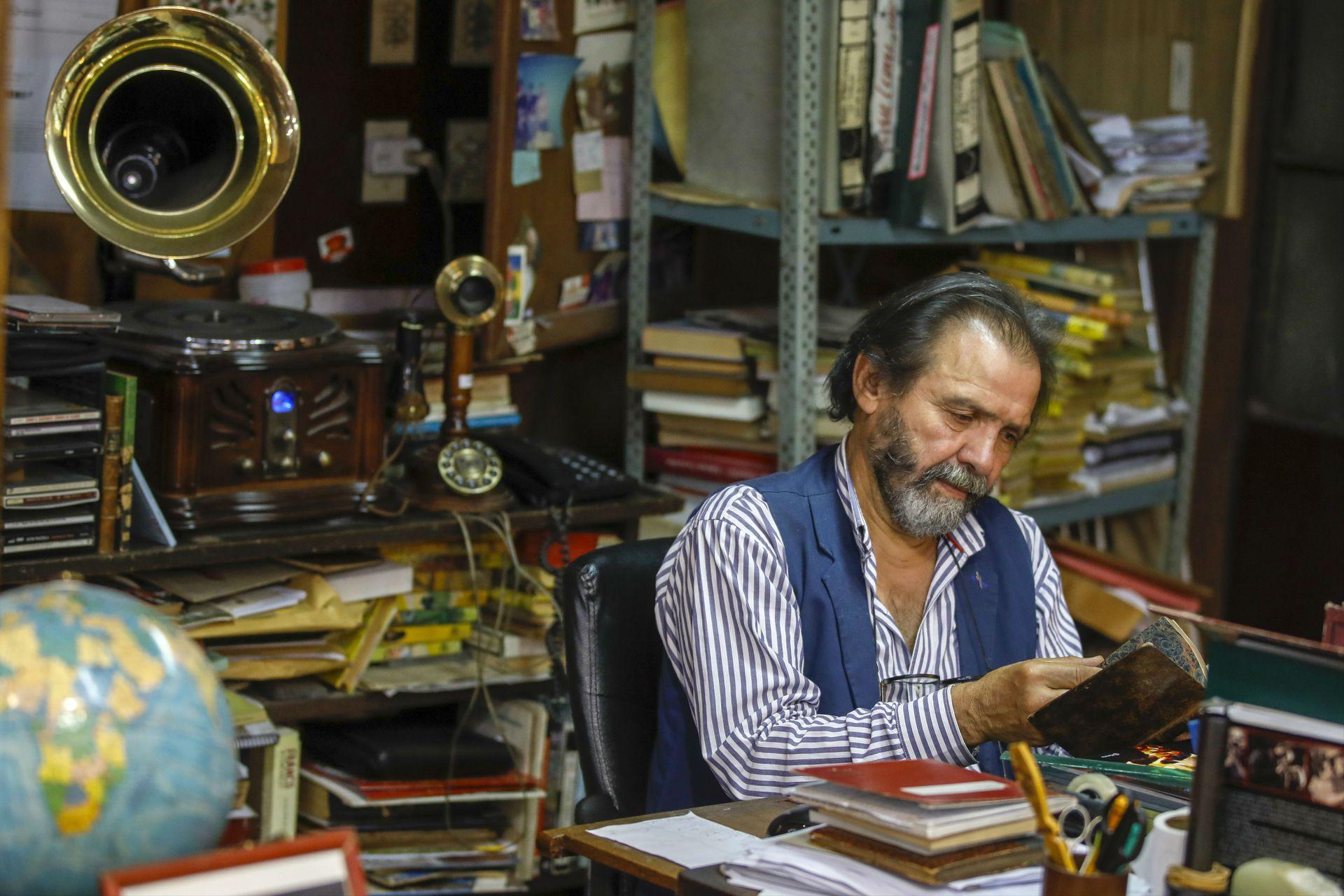 Miguel sostiene la librería con dedicación