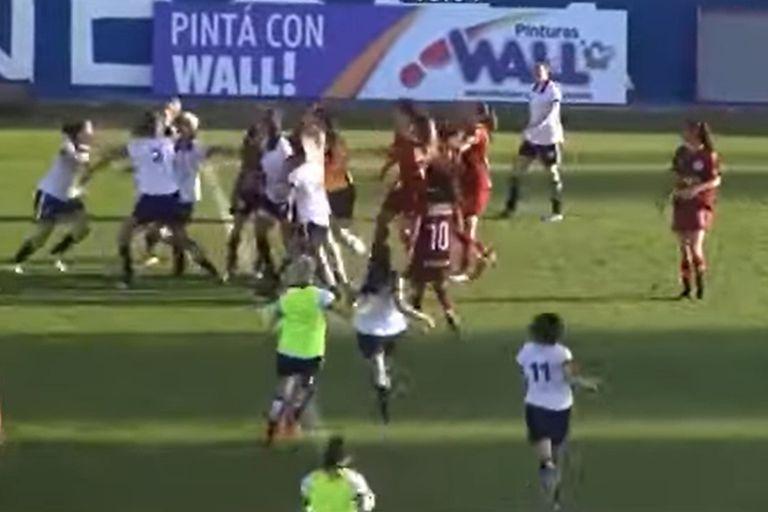 Feroz pelea en un partido de fútbol femenino en la liga mendocina