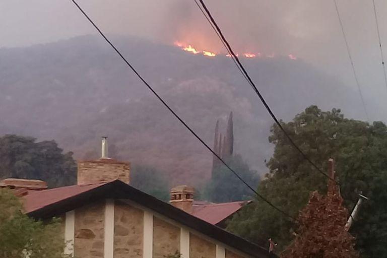Incendios: Sigue la pelea contra el fuego en la aerosilla de Los Cocos