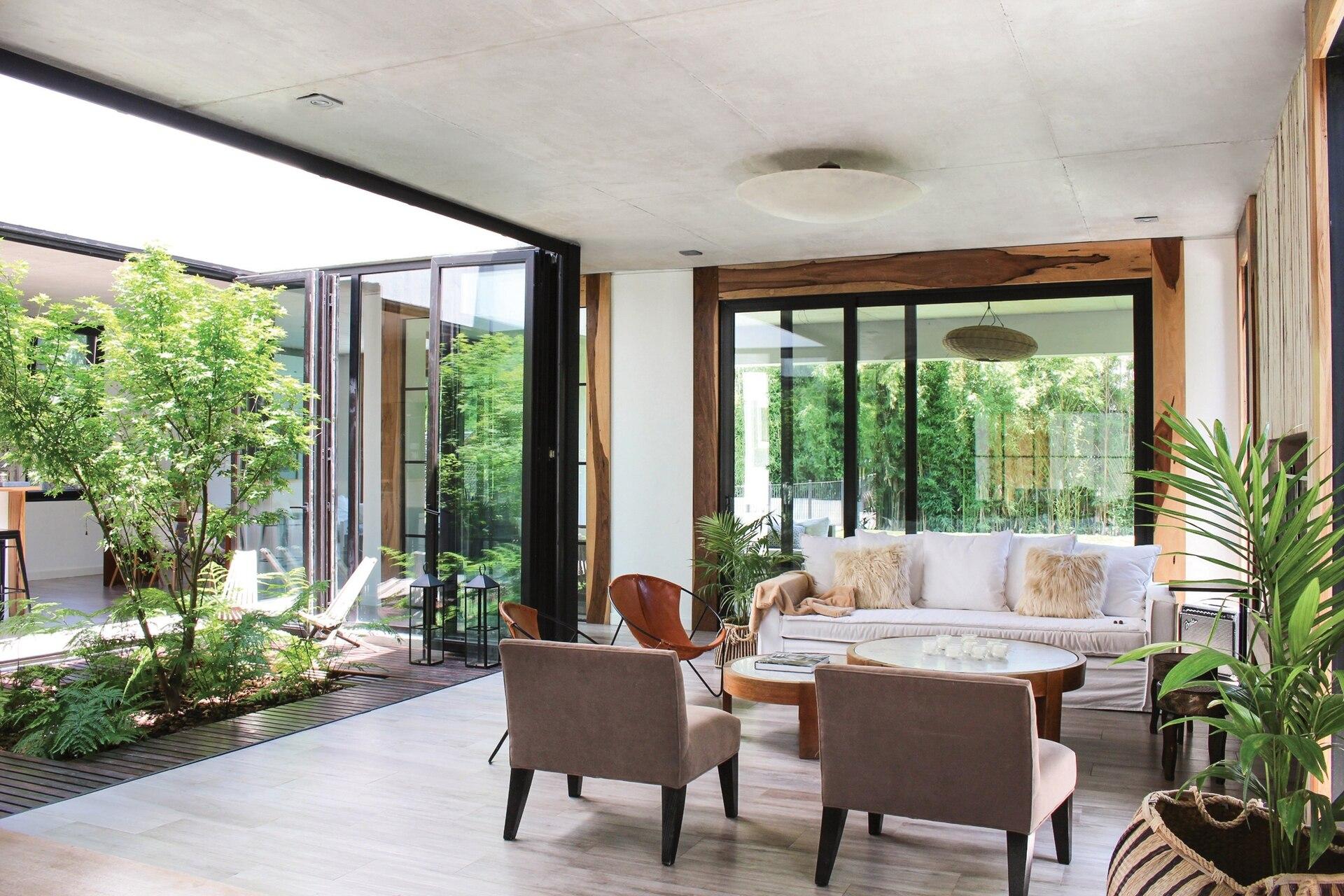 Además de la integración con el verde, el patio da la posibilidad de que los ambientes reciban luz del norte.