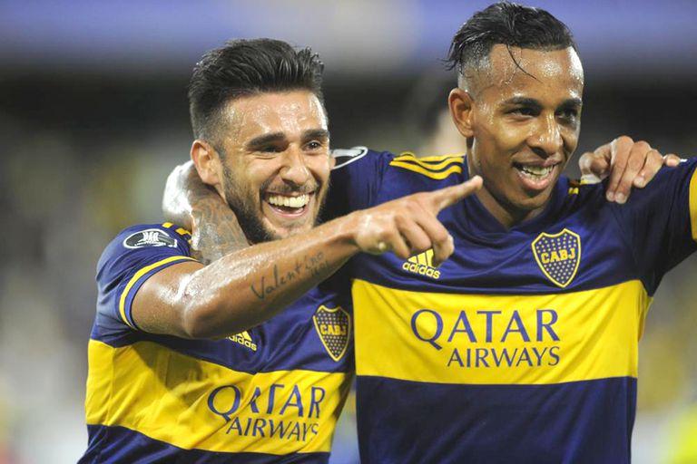 Salvio festeja el primer gol, acompañado por Villa