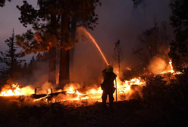 Los incendios arrasan y Biden sale al rescate del gobernador antes de un referéndum