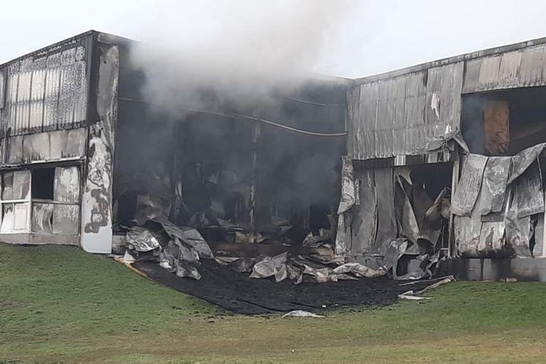 Se trata de un edificio de la empresa Cagnoli; cinco dotaciones de bomberos trabajan en la zona