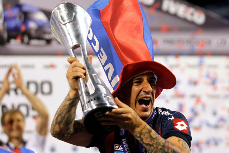 Leandro Romagnoli sostiene la copa celebrando el campeonato en 2013