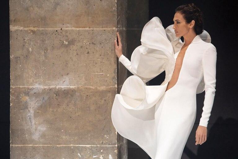 """Impactante, Nieves Álvarez fue la única modelo que convocó Stephane Rolland para presentar su colección primavera/verano 2021, inspirada en el Siglo de Oro español. """"Jamás pensé cuando empecé, con 18 años, que iba a estar a mis 46 en la Alta Costura"""", confeso a ¡HOLA! en París."""