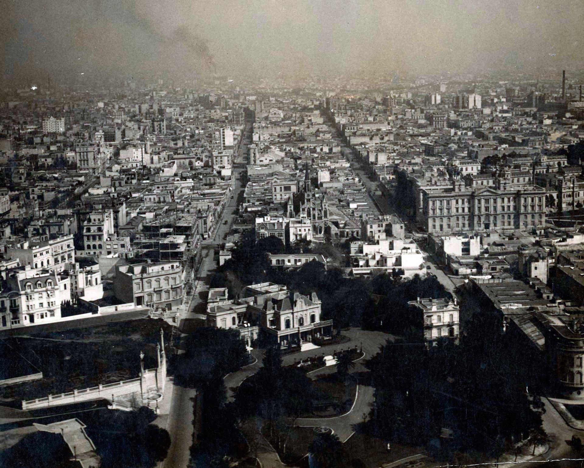 Vista aérea de la residencia. Las calles que se ven son Agüero y Austria. La Av. Las Heras se adivina apenas en el lugar donde está la iglesia San Agustín. Finales de la década de 1920.
