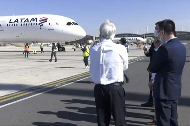 Los contenedores fueron recibidos en el principal aeropuerto de la capital chilena por el presidente Sebastián Piñera.