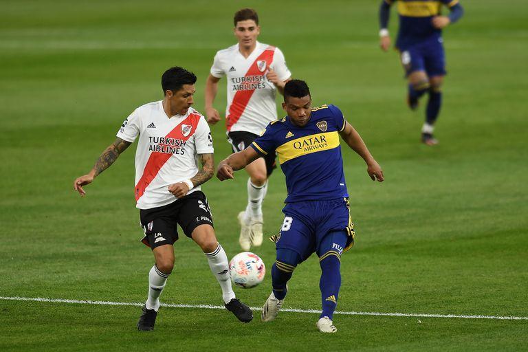 Enzo Pérez lucha con Fabra; el volante de River se lesionó al final del primer tiempo y es una preocupación extra de cara a la Libertadores