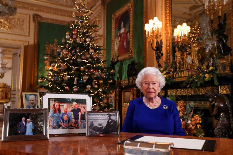 La reina grabó un saludo de Navidad e incluyó un mensaje oculto para el príncipe Harry y Meghan Merkle.