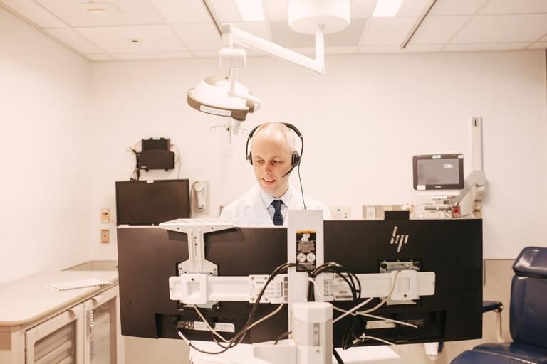 Paul Casey, médico, atiende una consulta remota en el Rush University Medical Center de Chicago