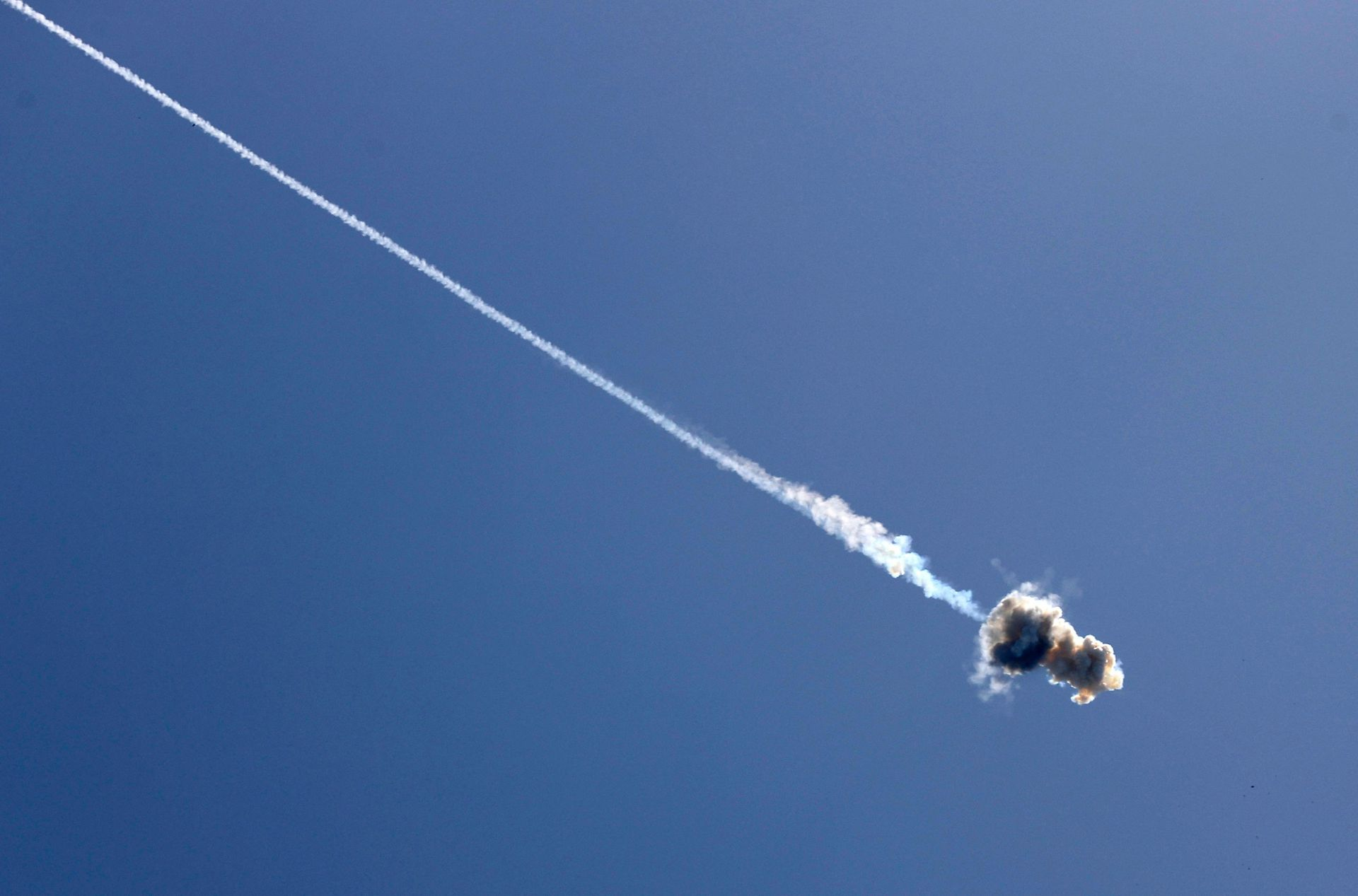 El sistema de defensa aérea Cúpula de Hierro de Israel intercepta un misil lanzado desde la Franja de Gaza, controlado por el movimiento palestino Hamas, sobre la ciudad de Ashkelon, en el sur de Israel
