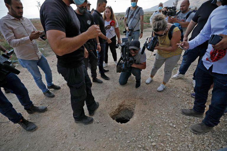 Policía y periodistas rodean el agujero por el que escaparon los seis palestinos