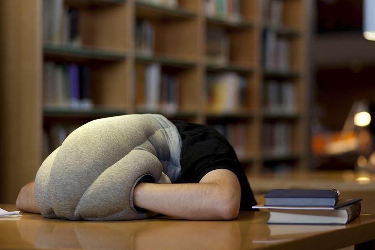 """En centro de diseño Studio Banana concibió una """"almohada-escafandra"""" que invita a dormir donde sea"""