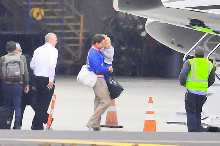 Bradley y su niña a punto de subirse al avión, este domingo, para disfrutar del día del padre